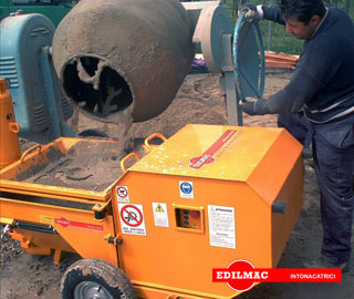 mixture pured intoi vibrating screen of plastering machine P 90 M
